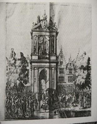 Gezien vanaf de Damstraat naar de ingang van de Oude Doelenstraat (tussen de nummers Oudezijds Voorburgwal 179-181). Voor de ingang een triomfboog ter gelegenheid van het bezoek van Maria de Medici in 1638. Ets door Salomon Savery uit 1638